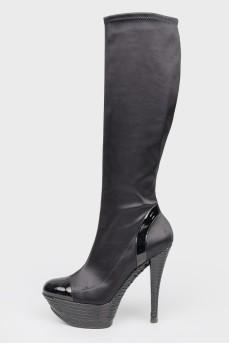 Черные текстильные сапоги на высоком каблуке