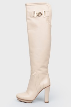 Кожаные бежевые сапоги на молнии на каблуке