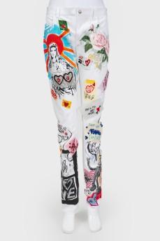 Белые джинсы с разноцветными рисунками и вставками