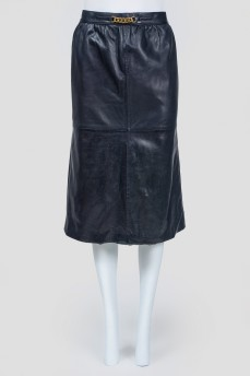 Темно-синяя кожаная юбка с золотистой цепью